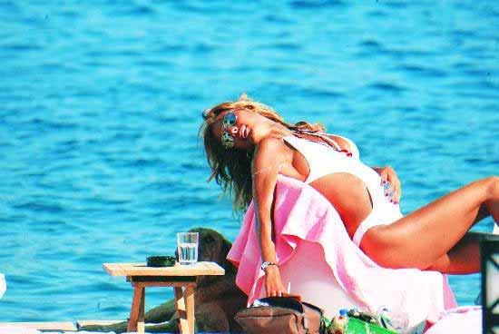 Çağla Şikel Şikelin Bikini mayolu pozu